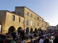 Repas sur la place de Saint Macaire