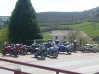 La troupe garée devant le Restaurant Beau Site à Moux-en-Morvan