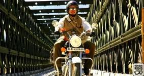 Passage de pont à moto.