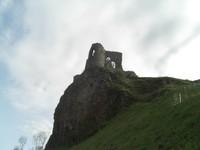 Une vue plus rapprochée des restes d'un château au-dessus de Riom-és-Montagne