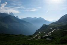 La route descendant vers l'ouest (autre versant) le col du Klausen (Suisse)