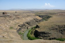 Cathedrale d'Ani, au bord du canyon formant la frontière turco-arménienne (Turquie)