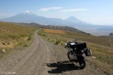Piste non loin de Besler, pointant vers les grand et petit Monts Ararat (Dogubayazit ; Turquie)