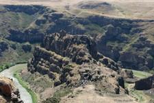"""Chateau en ruine """"de la jeune fille"""", avec l'Arménien en arrière plan (Ani ; Turquie)"""
