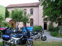 Les motos sont prêtes à partir du gîte l'Escolan