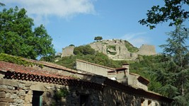 Le château de Termes depuis le village.