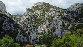 L'entrée sud des gorges et l'ermitage de St-Antoine de Galamus.