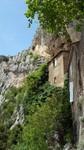 L'ermitage de St-Antoine-de-Galamus accroché à la falaise.