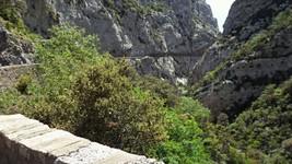 """La D7 """"taillée"""" dans la roche des gorges de Galamus."""