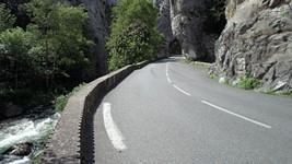 La D118 à l'entrée nord du défilé de Pierre-Lys.