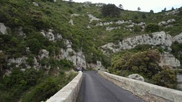 La D123 au pont du ruisseau du Cassié.