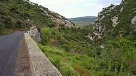 La D123 depuis le pont sur le ruisseau du Cassié.