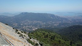 Le versant nord du mont Faron depuis le mont Caume