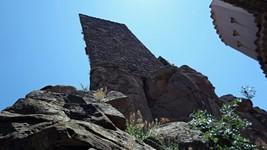 Au pied de la tour du château d'Evenos