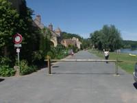 Apremont-sur-Allier, la rue sur berge