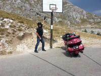 Trop drôle pas d'habitation, et un panier de basket sur la route dans le parc national de Durmitor.