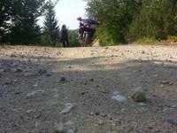 Attention piste dangereuse, ne pas sortir de la piste risque de mines! juste après notre arrivée sur place intervention de la police pour nous demander de ne pas sortir de la piste pour la sécurité.