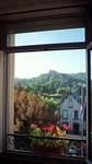 L'église de Bredon par la fenêtre de l'hôtel à Murat