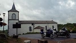 L'église de Queuille et le parking du point de vue sur le méandre