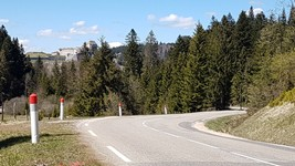 Le Col des Étroits et le château de Joux